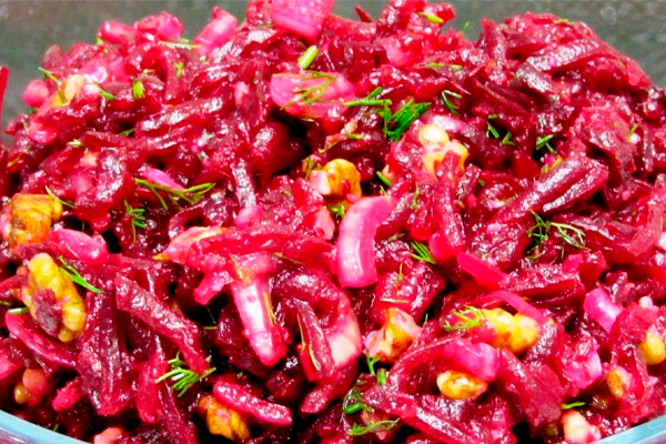 Свекольный салат с орехами и маринованным луком: очень вкусно, быстро и просто!
