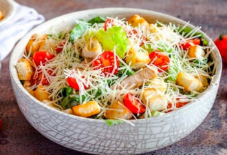 Любимый салат «Цезарь» с курицей: ела бы каждый день!
