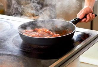 Жарим правильно: как сохранить гладкость антипригарной сковороды