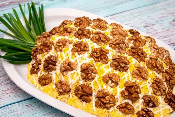 """Праздничный салат """"Ананас"""": эффектный и вкусный"""