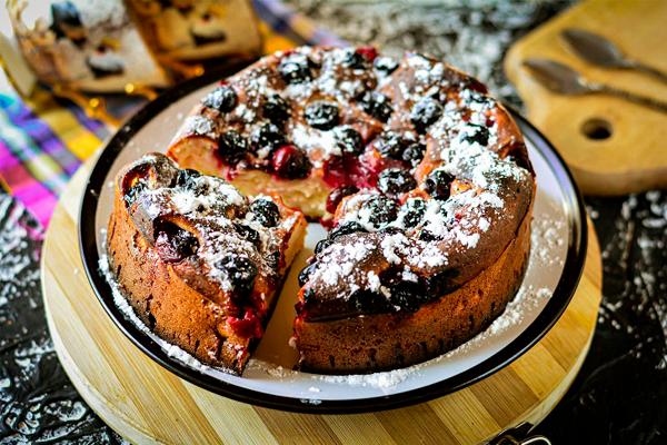 Пышный и мягкий пирог с вишней на кефире — отменный десерт к чаю