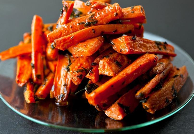 Морковь, запеченная в духовке — это прекрасный здоровый гарнир, который просто приготовить