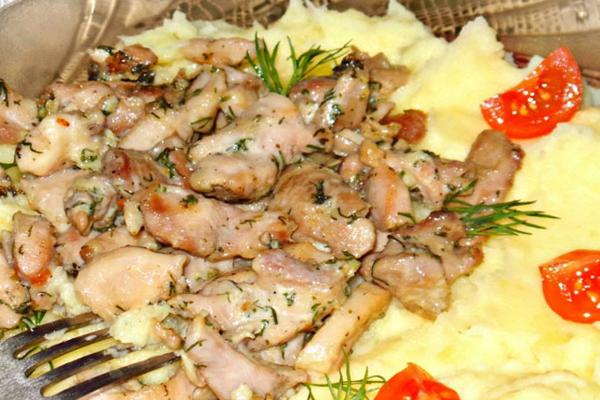 Мягкое и нежное куриное филе под сырным соусом