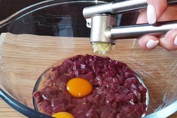 Сочные котлеты из печени: рубим мелко печень и добавляем картофель