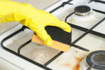 Разводим в литре воды соду и снимаем старый нагар с плиты за 10 минут
